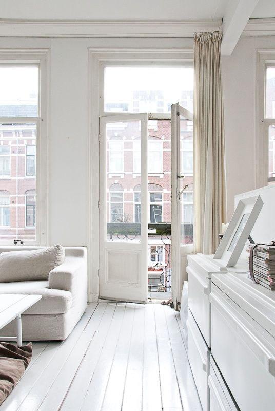 Sala de estar com decoração clara